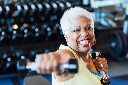 Senior Afroamerikansk Kvinna På Gym Lyfta Hantlar-foton och fler bilder på 65-69 år