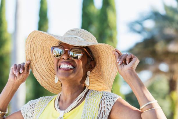 kıdemli afrikalı-amerikalı kadın güneş gözlüğü takıyor - sağlıklı yaşlılar stok fotoğraflar ve resimler