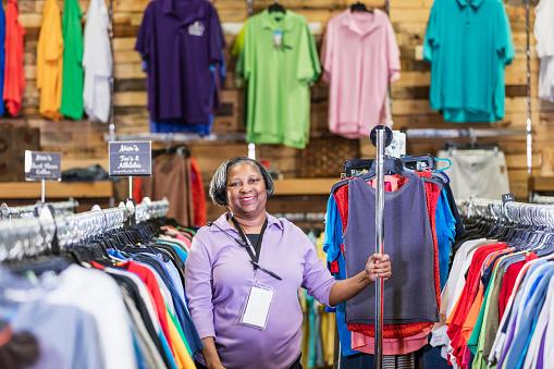 Mujer Afroamericana Senior Que Trabaja En La Tienda De Ropa Foto De Stock Y Más Banco De Imágenes De 60 64 Años Istock