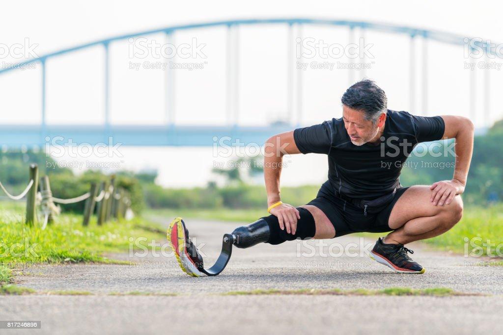 Senior Amputierte dehnen vor einem Lauf – Foto