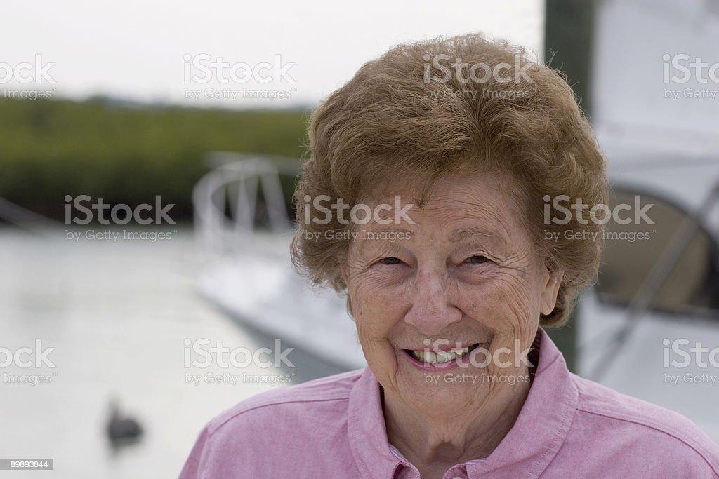 Senior y su barco foto de stock libre de derechos
