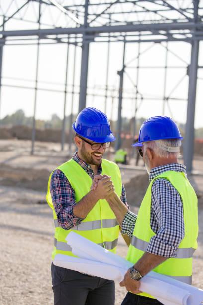 Senior und junger Ingenieur an der Baustelle – Foto
