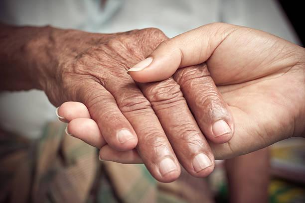 Senior und junge Hände halten – Foto