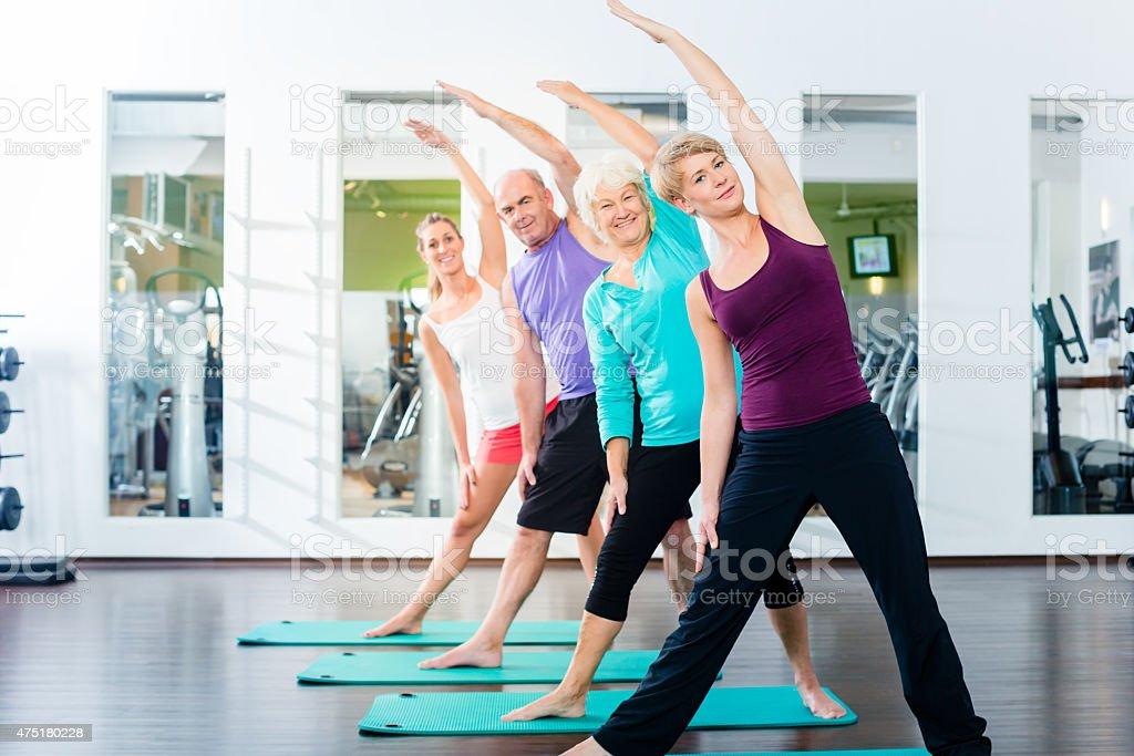 Senior und junge Menschen Gymnastik im Fitnessraum – Foto
