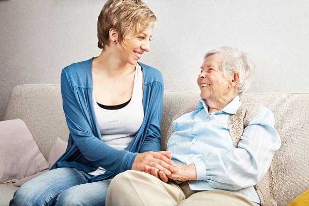 senior und junge Frau holding Hände – Foto