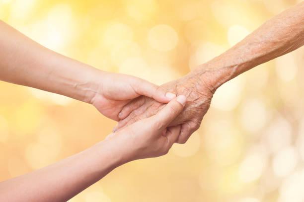 Ältere und junge Frauen, die Hand in Hand auf abstrakte Natur Hintergrund und Farbe-Ton-Effekt. – Foto