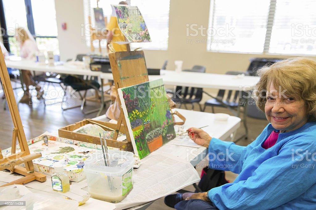 Senior en clase de pintura de artista pintando - foto de stock