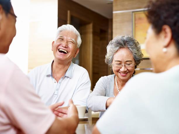hochrangige asiatische menschen sammeln zu hause - seniorenwohnungen stock-fotos und bilder