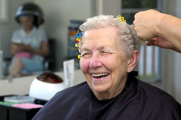 senior im beauty salon - dauerwelle stock-fotos und bilder