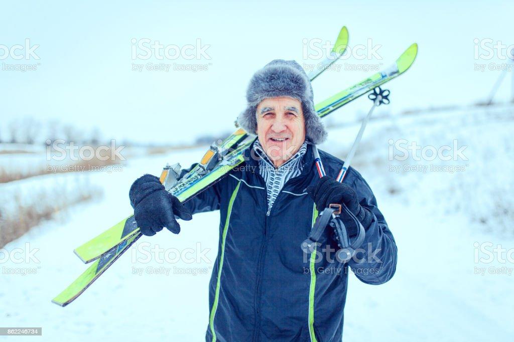 Senior bei der Ski-Langlauf im winter – Foto