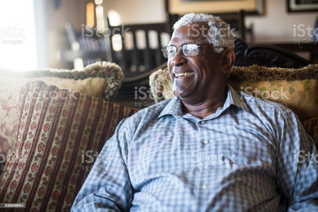 Senior homme d'affaires noir, travail à domicile sur tablette - Photo