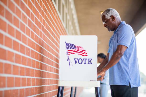 senior black man voting - республиканская партия сша стоковые фото и изображения