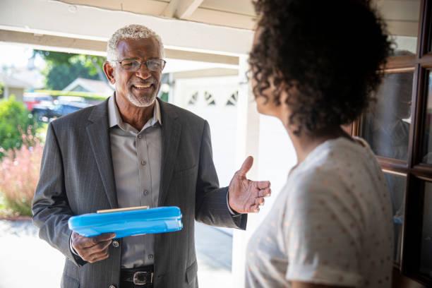 Senior Black Politician Tür zu Tür – Foto