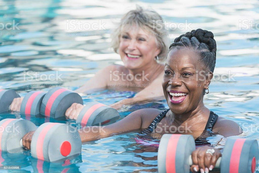 Senior donna nera e amico facendo acqua aerobica - foto stock