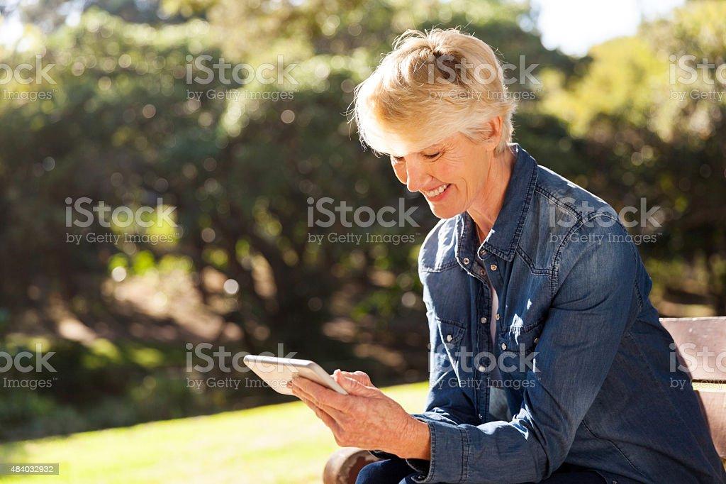 Alter blonden Frau SMS auf smart phone – Foto