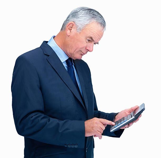 Senior business Mann benutzt einen Rechner isoliert auf weiss – Foto