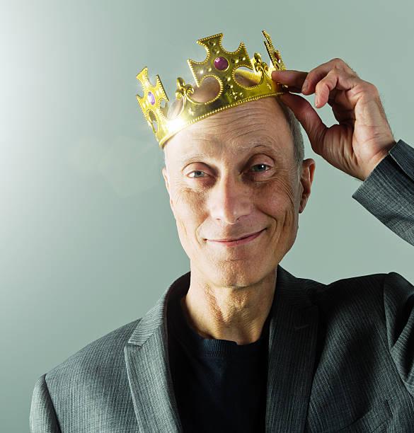 senior geschäftsmann, krone, king-size-bett, einem führenden, lächeln, golden, lustigen, verspielten, - hochkönig stock-fotos und bilder