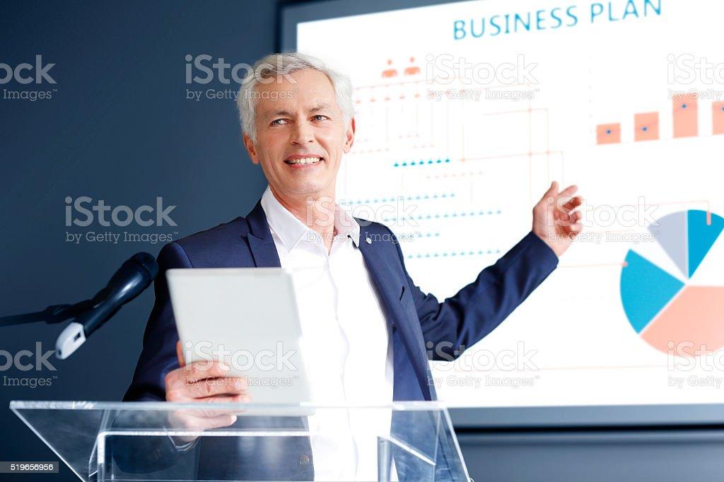 Homme d'affaires Senior donnant un discours - Photo