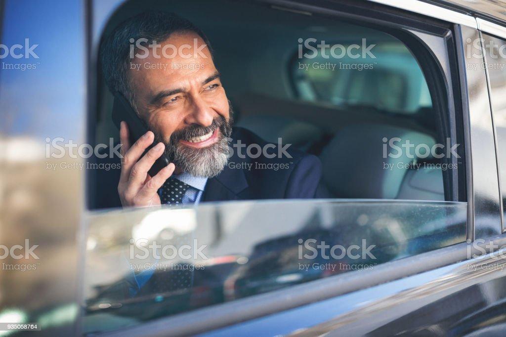 Leitenden Geschäftsmann in Auto mit Smartphone – Foto