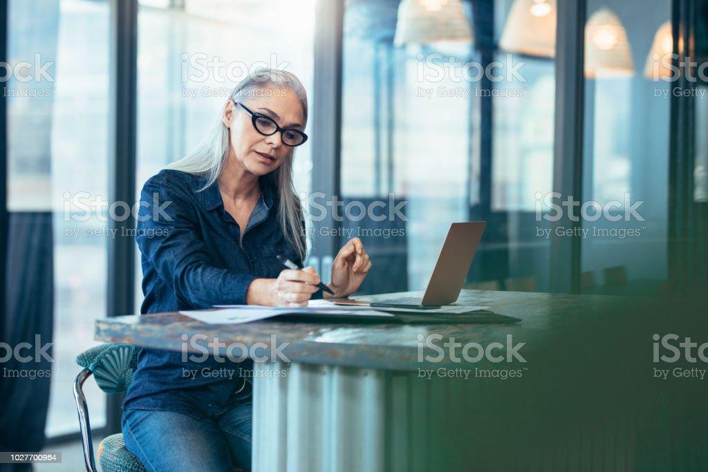 Empresaria Senior trabajando en oficina - Foto de stock de Adulto libre de derechos