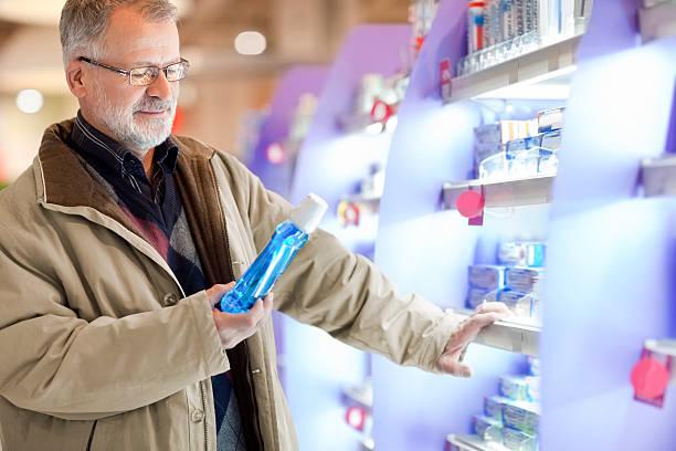 Alter Einkauf Kosmetika, zur Mundhygiene im Supermarkt – Foto