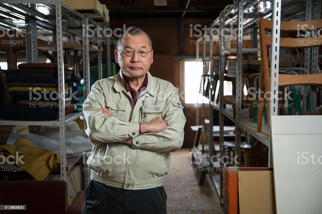 Senior carpenter in a warehouse圖像檔