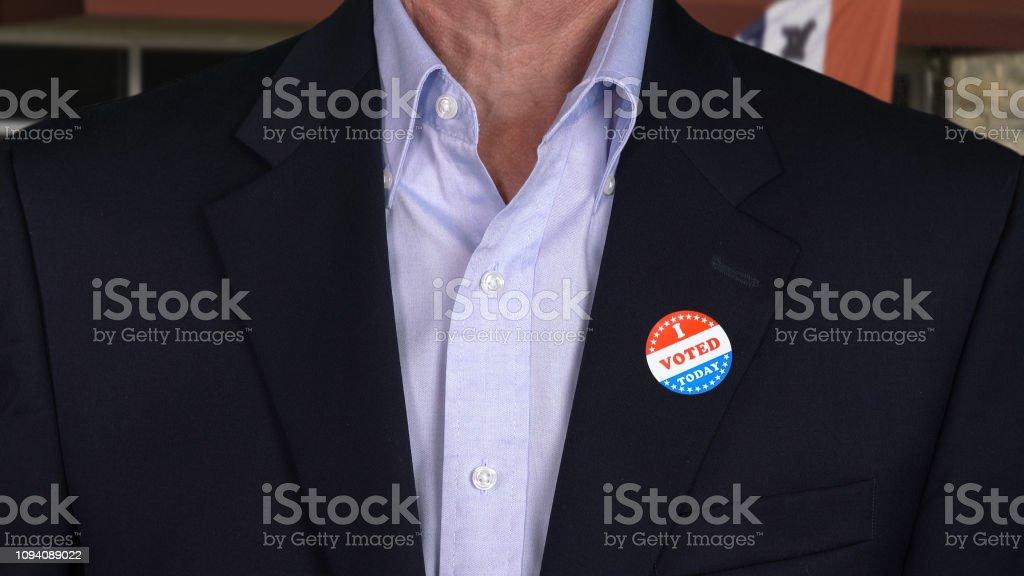 Senior Kaukasischen Mann In Festliche Kleidung Mit Voted Aufkleber Stockfoto Und Mehr Bilder Von Abzeichen Istock