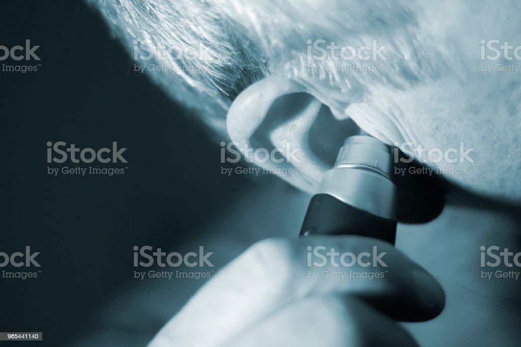 Senior citizen homme coupe oreille interne cheveux avec couteau électrique. - Photo de Adulte libre de droits