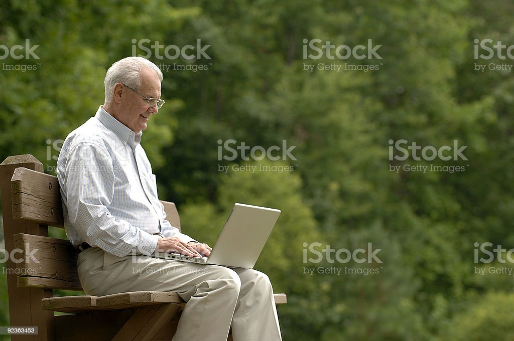 Senioren auf seinem Laptop Lizenzfreies stock-foto