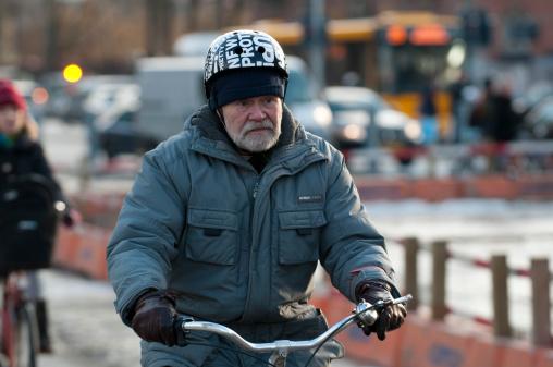 Senior Ciudadano Paseos En Bicicleta Foto de stock y más banco de imágenes de 60-69 años