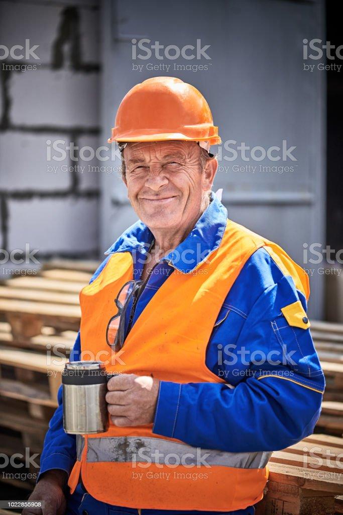 Senior-Bauarbeiter mit Kaffeepause auf Baustelle – Foto
