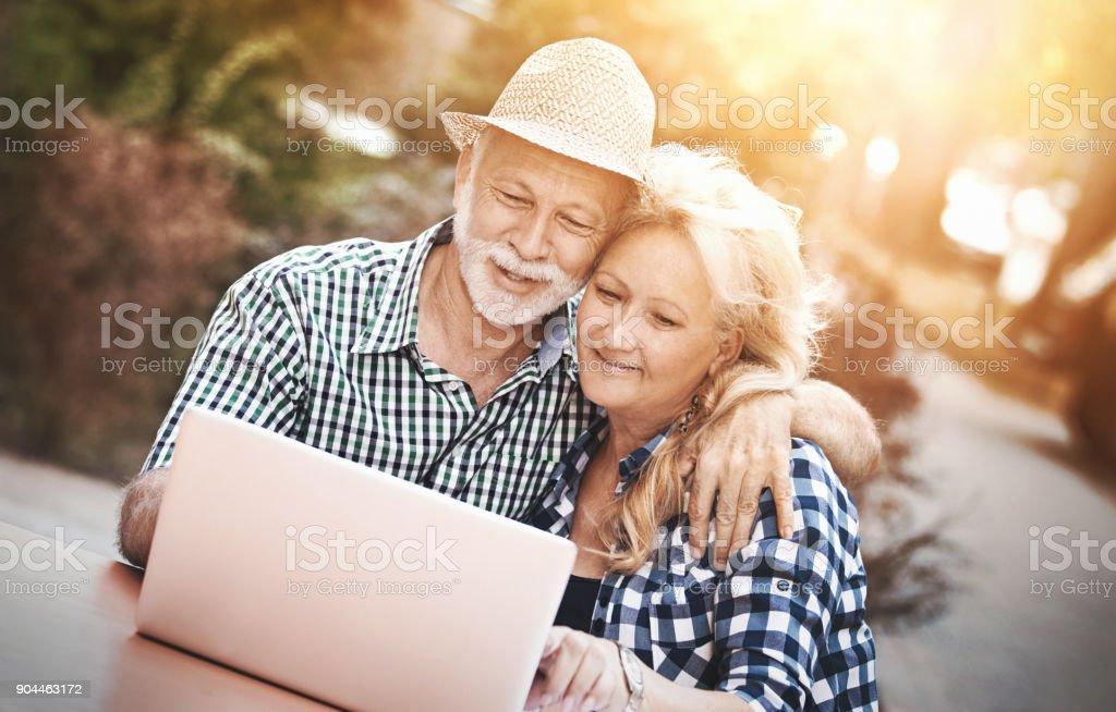 Älteres Paar in einem Straßencafé. – Foto