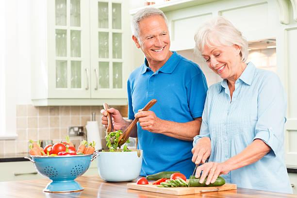 Altes Paar am Tresen einen Salat – Foto