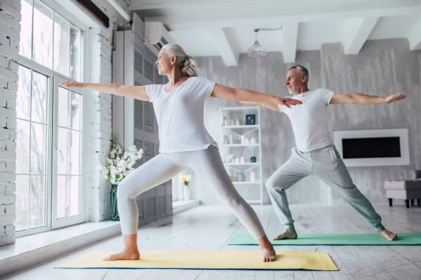 高級夫婦在家裡 - 瑜珈 個照片及圖片檔