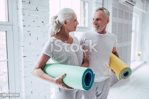 942580016istockphoto Senior couple at home 942580194