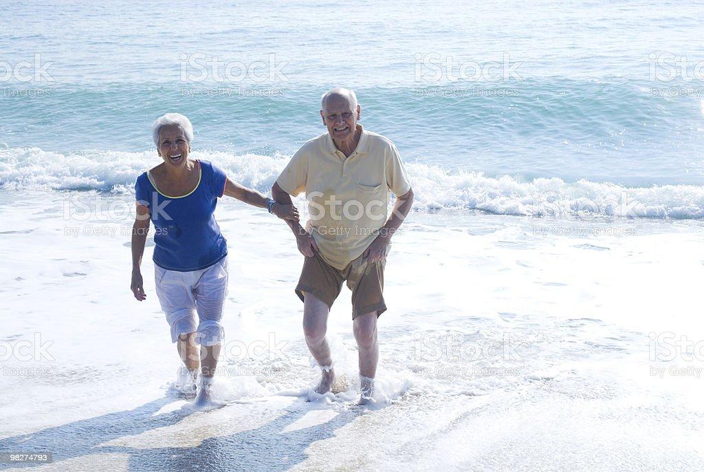 Coppia Senior presso la spiaggia foto stock royalty-free