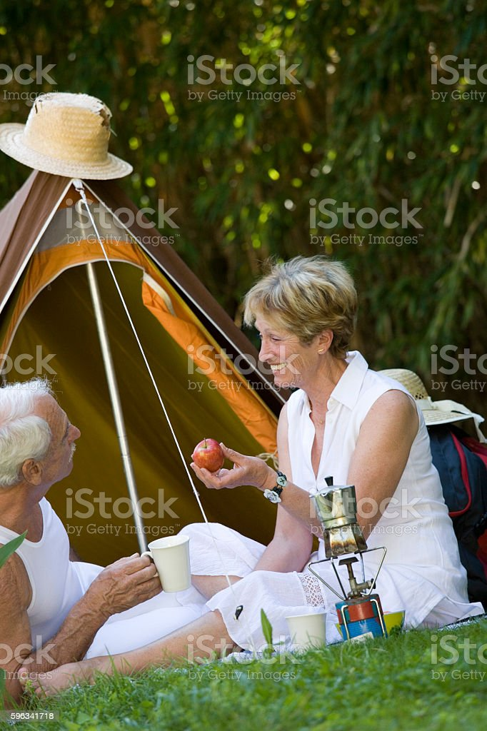 couple sénior au camping royalty-free stock photo