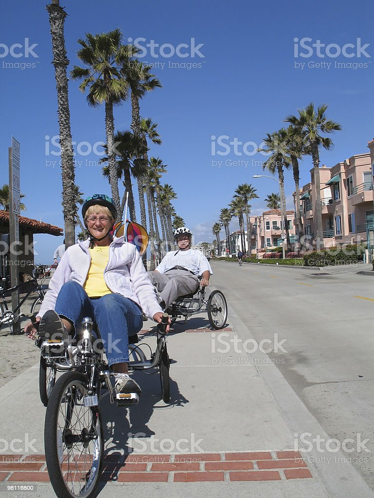 Coppia senior in bicicletta foto stock royalty-free