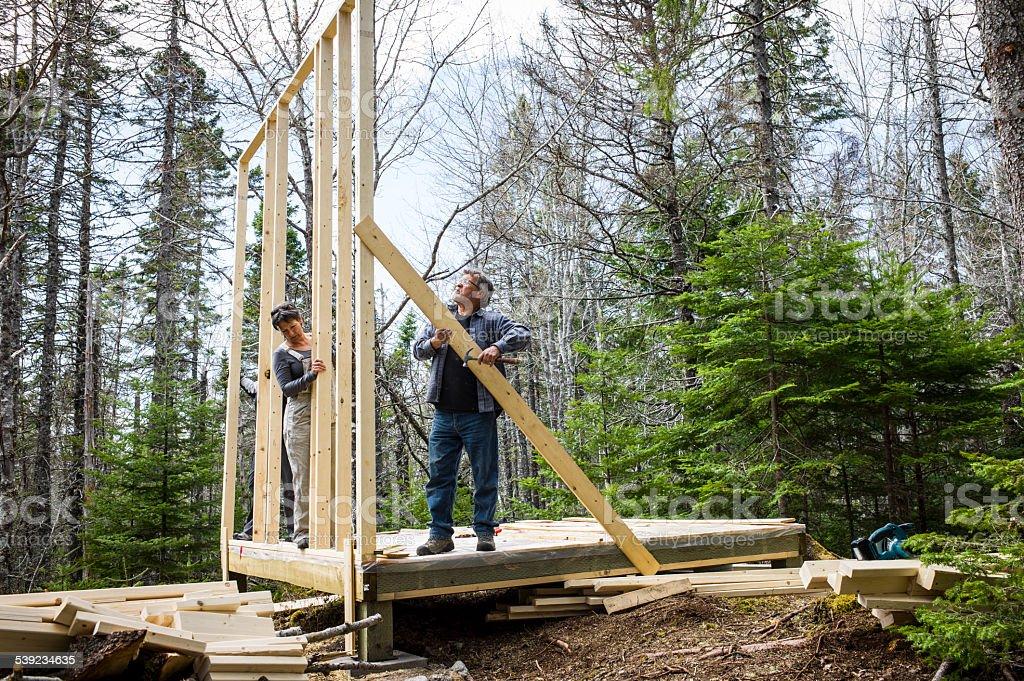 Pareja Senior construir sus sueños en la cabaña de Nueva Escocia, Canadá. foto de stock libre de derechos