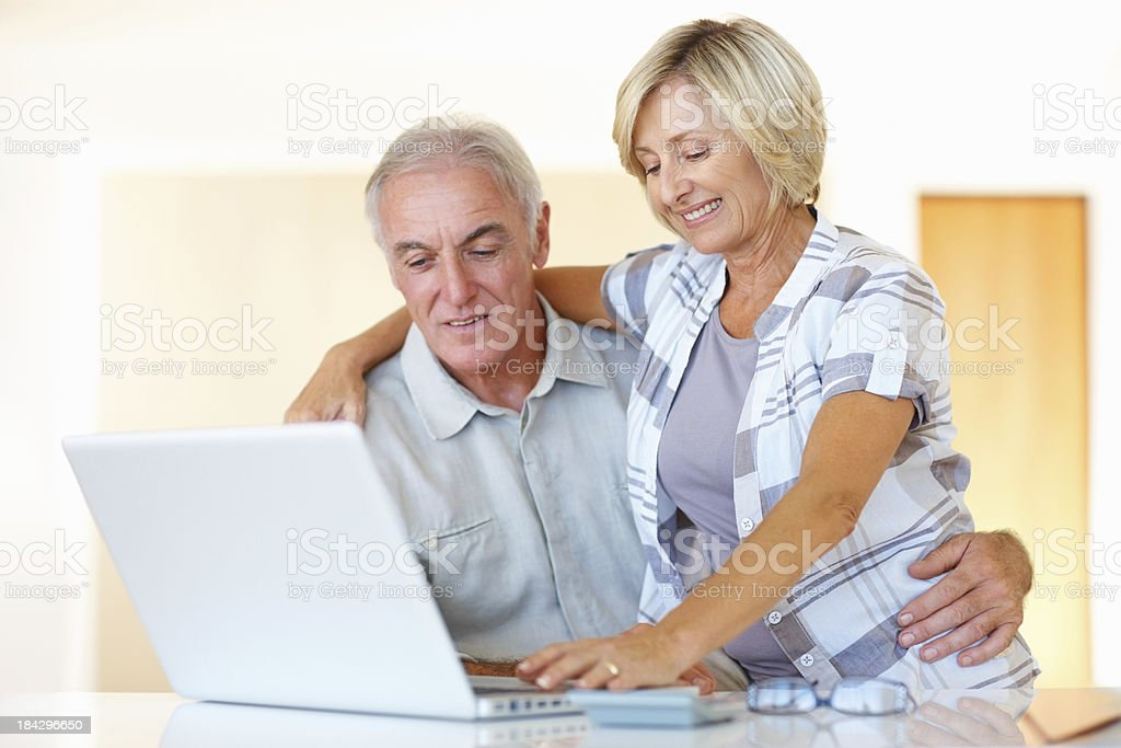 Altes Paar mit laptop anstrengenden – Foto
