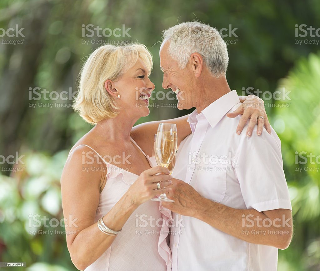 Casal de idosos comemorando - foto de acervo