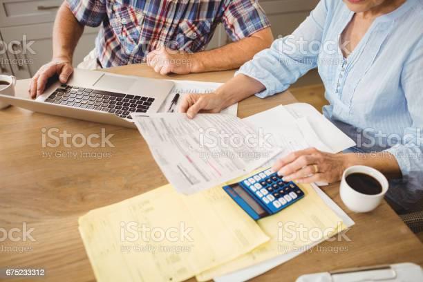 Senior Pareja Comprobar Sus Cuentas Foto de stock y más banco de imágenes de 70-79 años