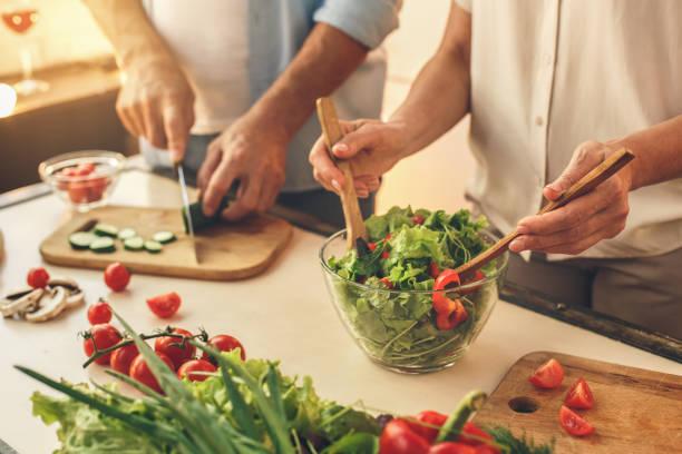 在家裡一起做飯的老夫婦 - 健康飲食 個照片及圖片檔