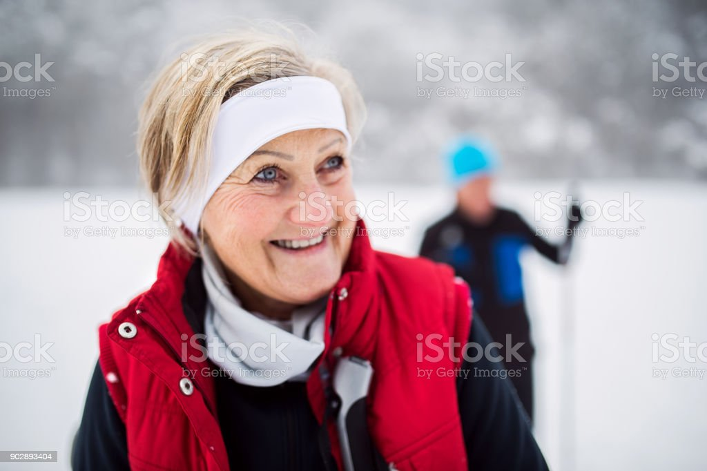 Älteres Paar Langlauf-Ski. – Foto