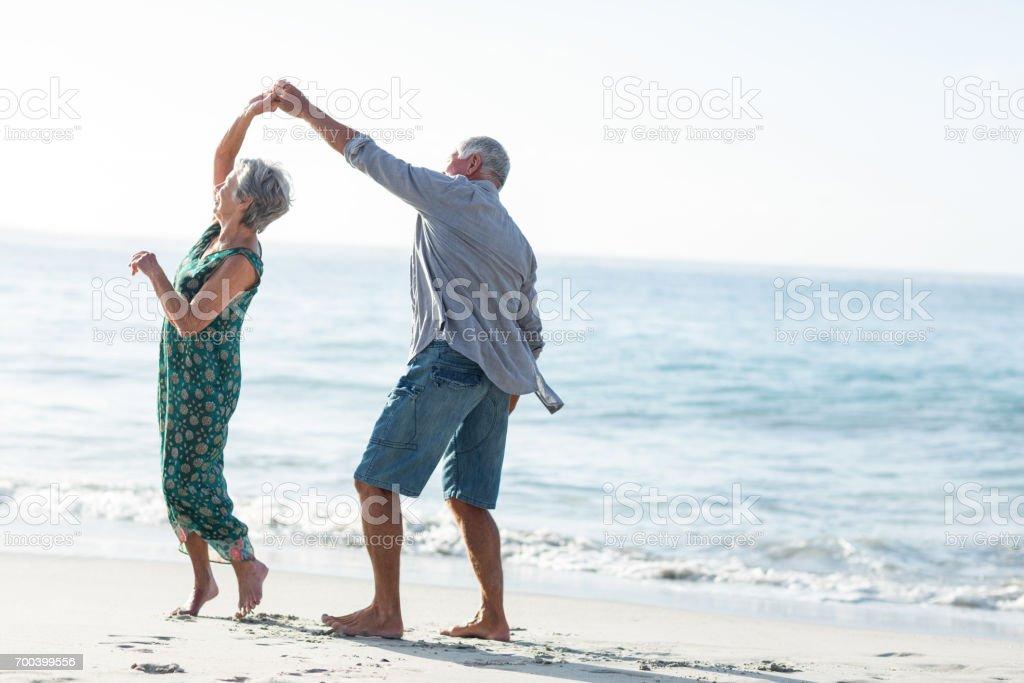 Älteres paar tanzen am Strand – Foto