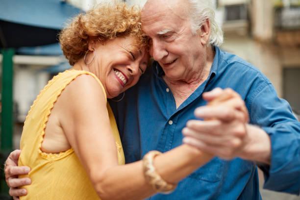 Senior Paar tanzen Tango in den Straßen von San Telmo. – Foto