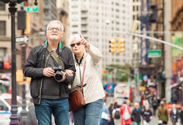 Casal sênior descobrir a cidade de Nova York no outono - foto de acervo