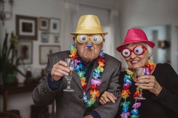 Senior-Paar trinken und tragen Neuheit Brille auf einer Party – Foto