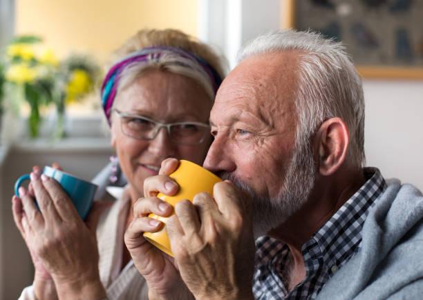 casal sênior bebendo chá - chá bebida quente - fotografias e filmes do acervo
