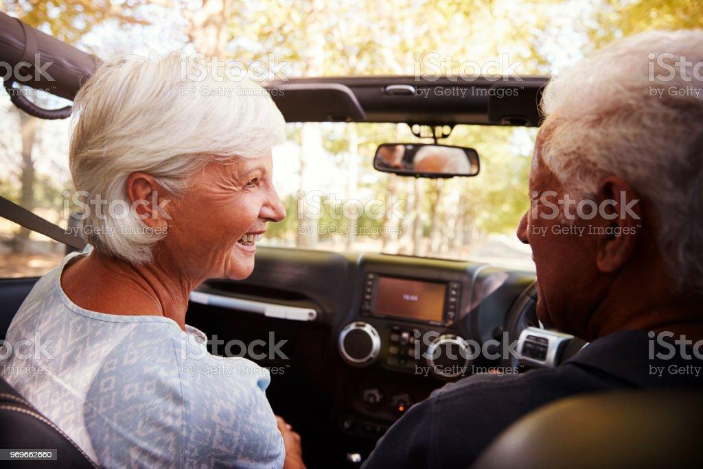 Senior paar Laufwerk öffnen oben Auto Landschaft Road Trip – Foto